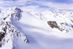 Esquiadores en el glaciar en las montañas Fotos de archivo libres de regalías