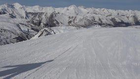 Esquiadores en el piste que va cuesta abajo metrajes
