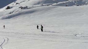 Esquiadores en el piste que va cuesta abajo almacen de video