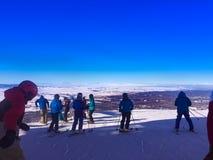 Esquiadores en el top de la montaña Foto de archivo