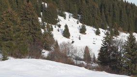 Esquiadores en estación de esquí en la telesilla y el esquí metrajes