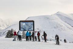 Esquiadores en la cima de la cuesta Imagen de archivo libre de regalías