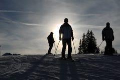 Esquiadores en la cuesta Imagen de archivo libre de regalías