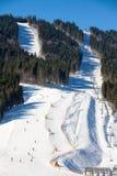Esquiadores en la cuesta del esquí Fotos de archivo