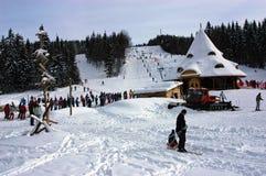 Esquiadores en la cuesta, Rumania Fotos de archivo libres de regalías