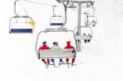 Esquiadores en la elevación de esquí Imagenes de archivo