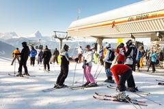 Esquiadores en la estación de esquí de Kronplatz Fotos de archivo libres de regalías
