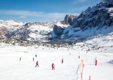 Esquiadores en la estación de esquí en dolomías Foto de archivo libre de regalías