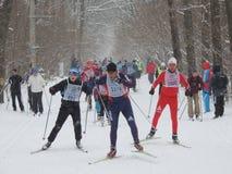 Esquiadores en la pista Imágenes de archivo libres de regalías