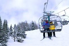 Esquiadores en la telesilla Imagen de archivo libre de regalías