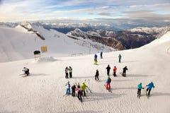 Esquiadores en las cuestas de Hintertux, Austria Foto de archivo libre de regalías