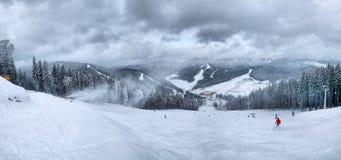 Esquiadores en las cuestas de la montaña en invierno Foto de archivo libre de regalías