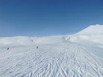 Esquiadores en piste abierto de par en par en las montan@as francesas Imagenes de archivo