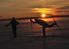 Esquiadores en puesta del sol Fotografía de archivo libre de regalías