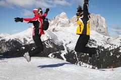 Esquiadores en salto Fotografía de archivo