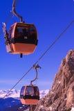 Esquiadores en teleférico de la montaña Foto de archivo libre de regalías