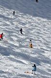 Esquiadores en un campo del portalámparas gigante Imagen de archivo