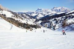 Esquiadores en un piste Foto de archivo