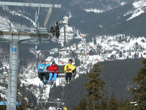 Esquiadores en un remonte Imágenes de archivo libres de regalías