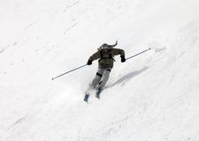 Esquiadores encima de la montaña Imágenes de archivo libres de regalías