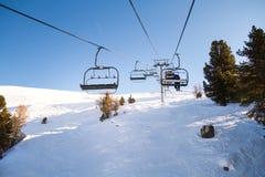 Esquiadores levando do elevador de esqui, snowboarders Fotos de Stock Royalty Free