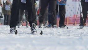 Esquiadores maciços dos atletas dos homens do começo durante o campeonato no esqui do corta-mato Fotos de Stock Royalty Free