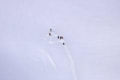 Esquiadores na geleira nos cumes Imagens de Stock