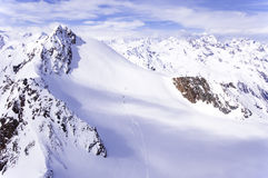 Esquiadores na geleira nos cumes Fotos de Stock Royalty Free