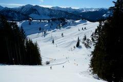 Esquiadores na inclinação Wagrain e Alpendorf próximos do esqui Imagens de Stock