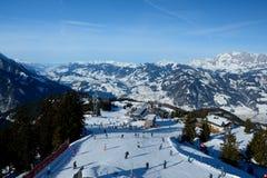 Esquiadores na inclinação Wagrain e Alpendorf próximos do esqui Fotografia de Stock