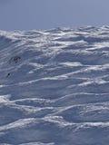 Esquiadores na pista na área alpina alta do esqui foto de stock