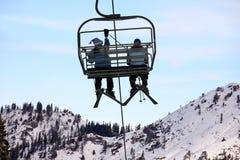 Esquiadores na telecadeira imagem de stock