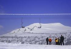 Esquiadores na telecadeira Fotos de Stock