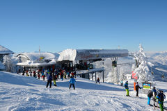Esquiadores no elevador da inclinação e de esqui Imagem de Stock