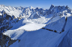 Esquiadores que dirigem para Vallee Blanche Fotos de Stock