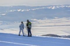 Esquiadores que disfrutan del panorama Imagen de archivo libre de regalías