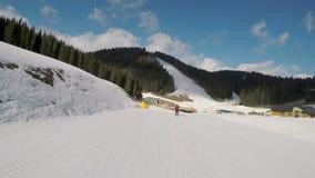 Esquiadores que esquían abajo en cuestas almacen de video