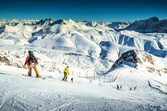 Esquiadores que esquían cuesta abajo en las montañas francesas, Alpe d Huez, Europa Foto de archivo