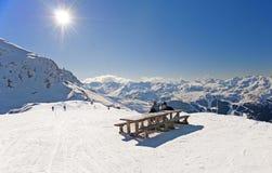 Esquiadores que relaxam no piste imagens de stock royalty free