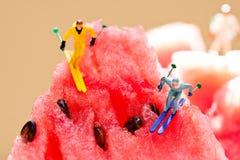 Esquiadores que resbalan de las montañas de la sandía Concepto creativo del partido del verano forma de vida del invierno, imagen fotos de archivo