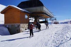 Esquiadores que vêm fora um elevador de cadeira Fotos de Stock