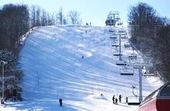 Esquiadores que van abajo de la cuesta en la estación de esquí de herradura en Barrie, Canda Imágenes de archivo libres de regalías