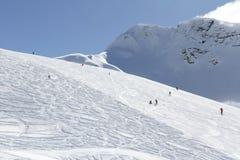 Esquiadores que van abajo de la cuesta en la estación de esquí Fotografía de archivo