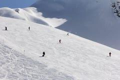 Esquiadores que van abajo de la cuesta en la estación de esquí Fotos de archivo libres de regalías