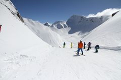 Esquiadores que van abajo de la cuesta en la estación de esquí Imagen de archivo