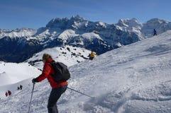 Esquiadores rojos y amarillos Imágenes de archivo libres de regalías