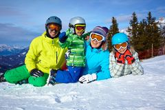 Esquiadores, sol e divertimento Foto de Stock Royalty Free