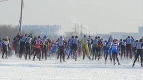 Esquiadores totales de los atletas de los hombres del comienzo durante campeonato en el esquí del campo a través imagen de archivo