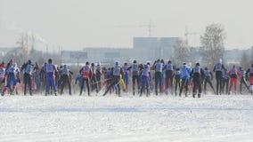Esquiadores totales de los atletas de los hombres del comienzo durante campeonato en el esquí del campo a través fotografía de archivo libre de regalías