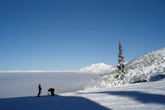 Esquiadores uma parte superior a montanha Imagem de Stock Royalty Free